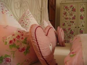 Das Himmelbett im Rosendekor.