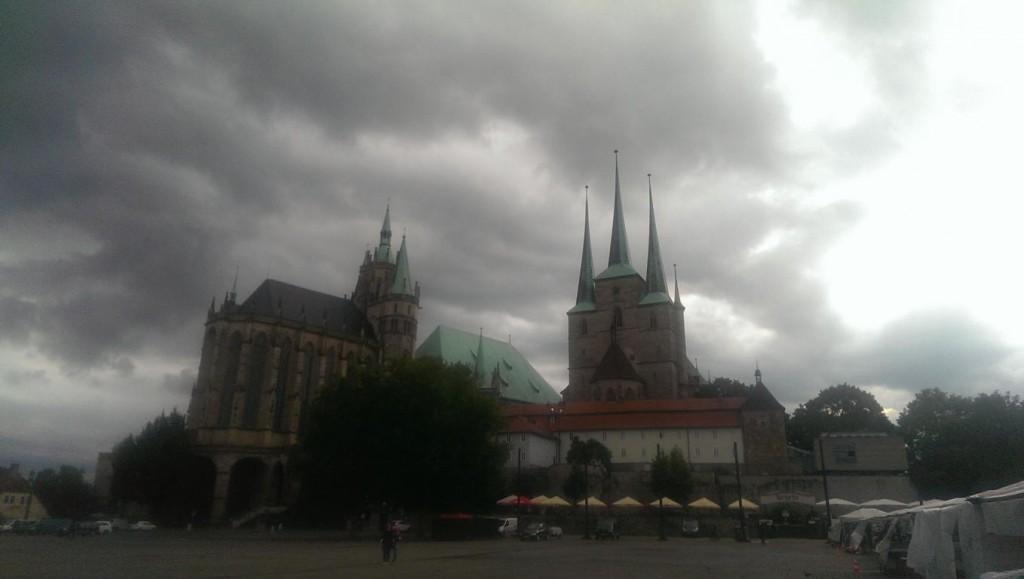 Majestätisch erheben sich Dom und Severikirche