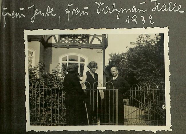 Frieda Galster in der Mitte mit Gästen aus Halle