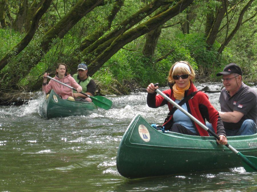 Eine Kanutour durch grüne Landschaften.
