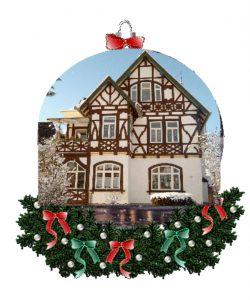 Die weihnachtlich geschmückte Villa strahlt schon von Weitem.